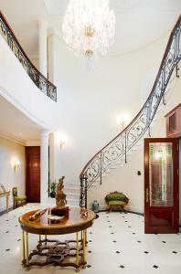 Grand and elegant entrance hall with amazing staircase